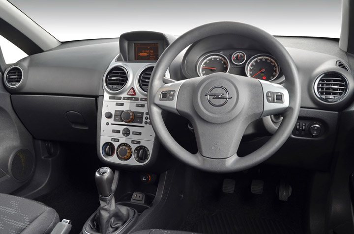 Sa roadtests 2013 opel corsa 1 4t enjoy for Opel corsa e interieur